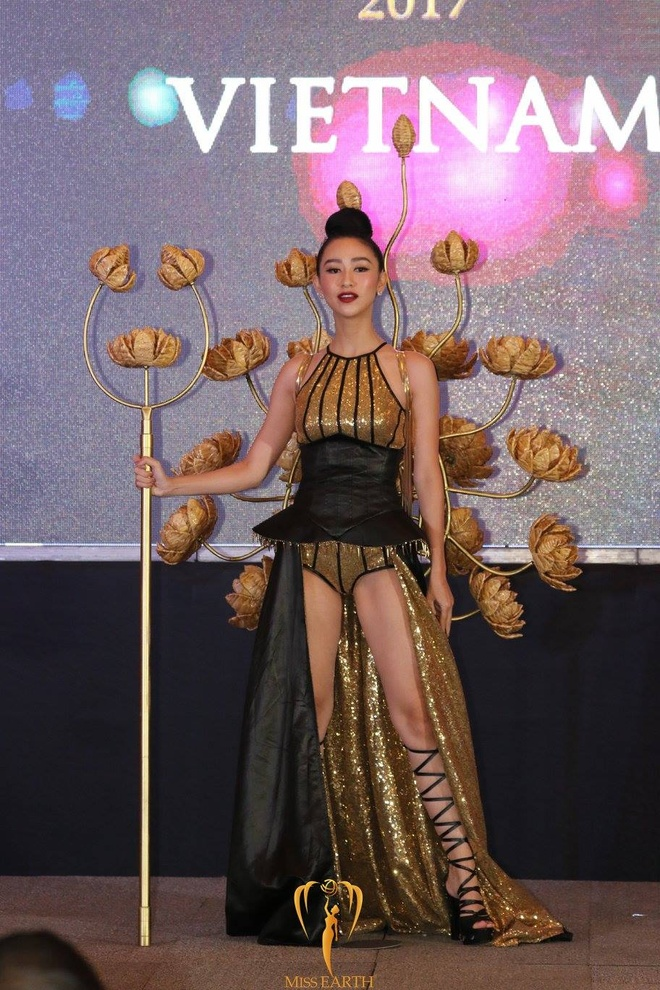 Trang phuc dan toc cua Ha Thu va thi sinh Hoa hau Trai dat 2017 hinh anh 1