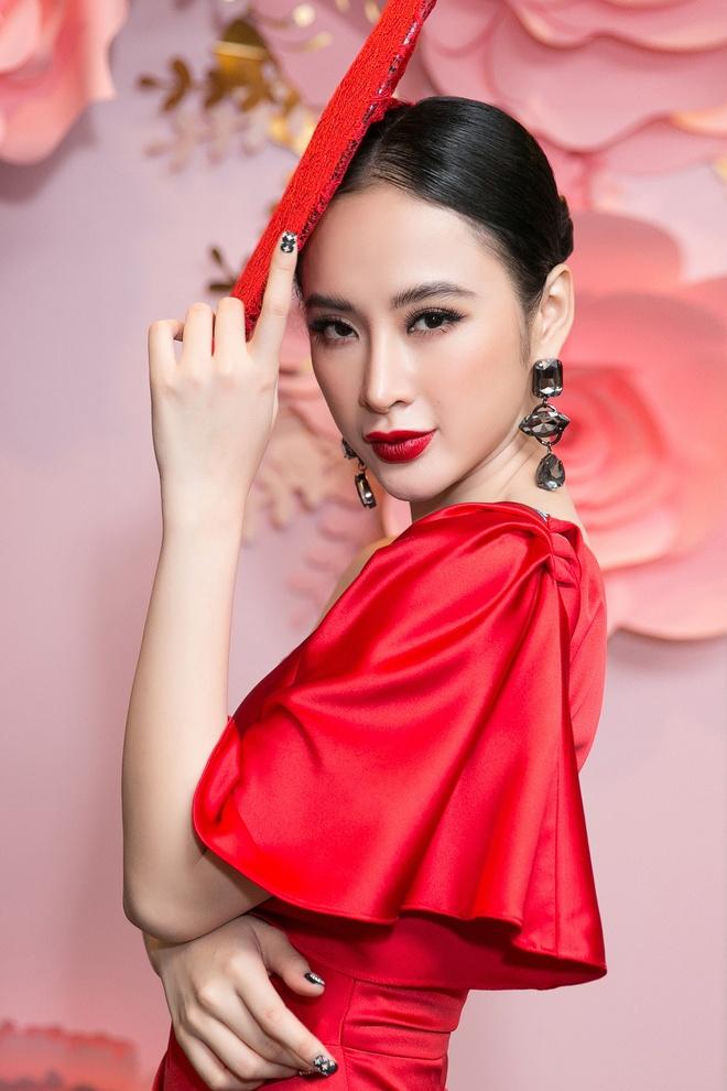 Angela Phuong Trinh gay chu y voi chiec mu kho hieu hinh anh 3