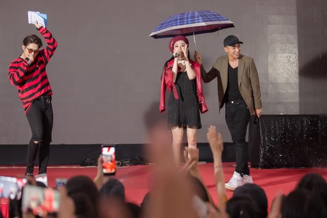 Angela Phuong Trinh hon Huu Vi anh 1