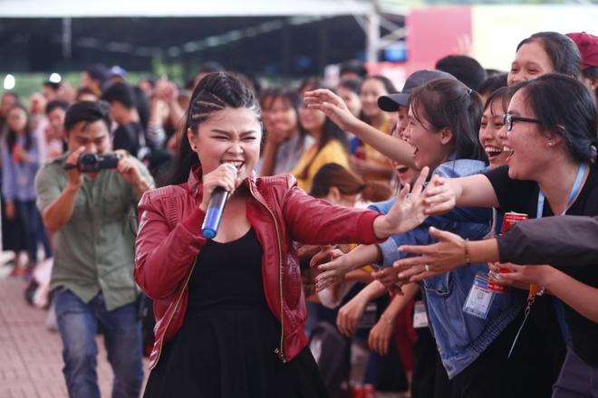 Angela Phuong Trinh hon Huu Vi anh 10