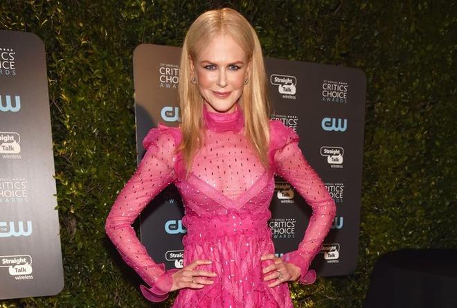Nicole Kidman 'sen sam' voi vay hong tai Critics' Choice Award 2018 hinh anh