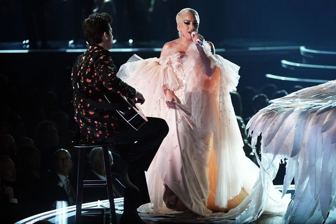 Lady Gaga, Miley Cyrus khoe giong cao vut tai le trao giai Grammy 2018 hinh anh