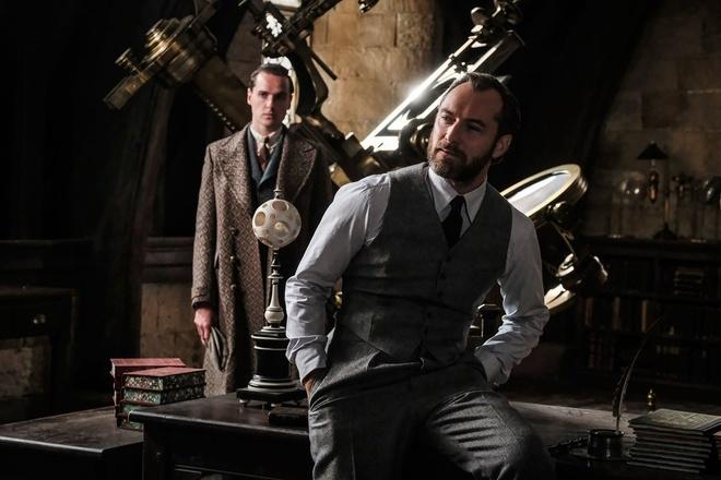 'Fantastic Beasts 2' ne tranh gioi tinh that cua giao su Dumbledore hinh anh 1