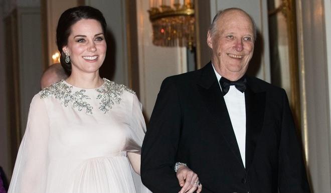 Thoi trang 'bau bi' dam net quy toc cua cong nuong Kate Middleton hinh anh