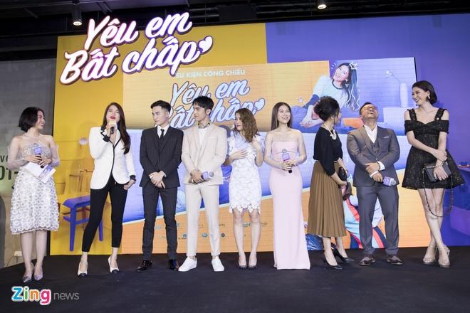 Hoai Lam toi tre 2 tieng trong buoi ra mat phim 'Yeu em bat chap' hinh anh 1