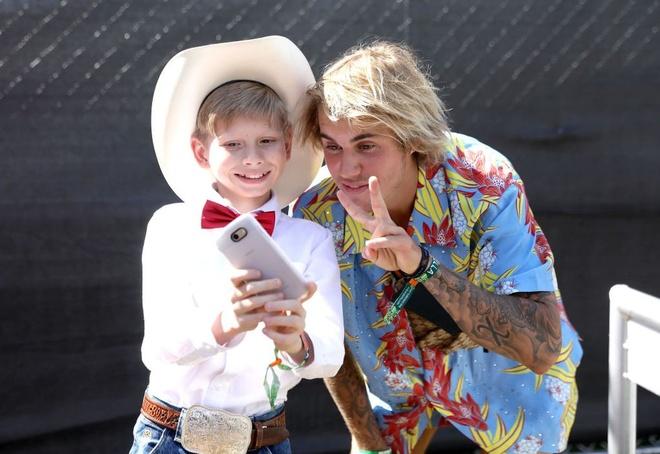 Justin Bieber dien do hoa sac so, duoc khen la anh hung o Coachella hinh anh 2