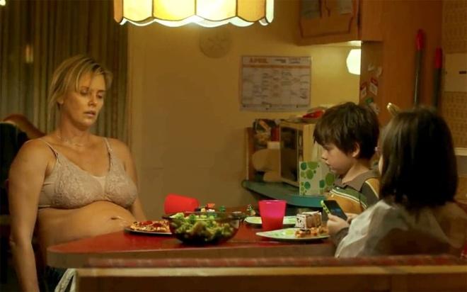 Charlize Theron an vao 2h sang, tang 22 kg de lam ba me so se, xau xi hinh anh 1
