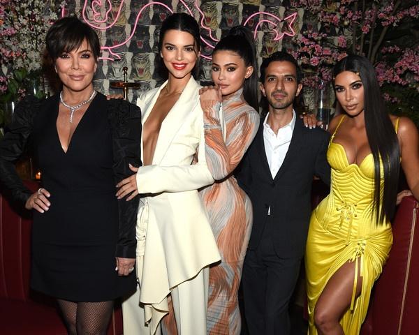 Chi em nha Kardashian moi nguoi mot kieu khoe than khi cung du tiec hinh anh 2