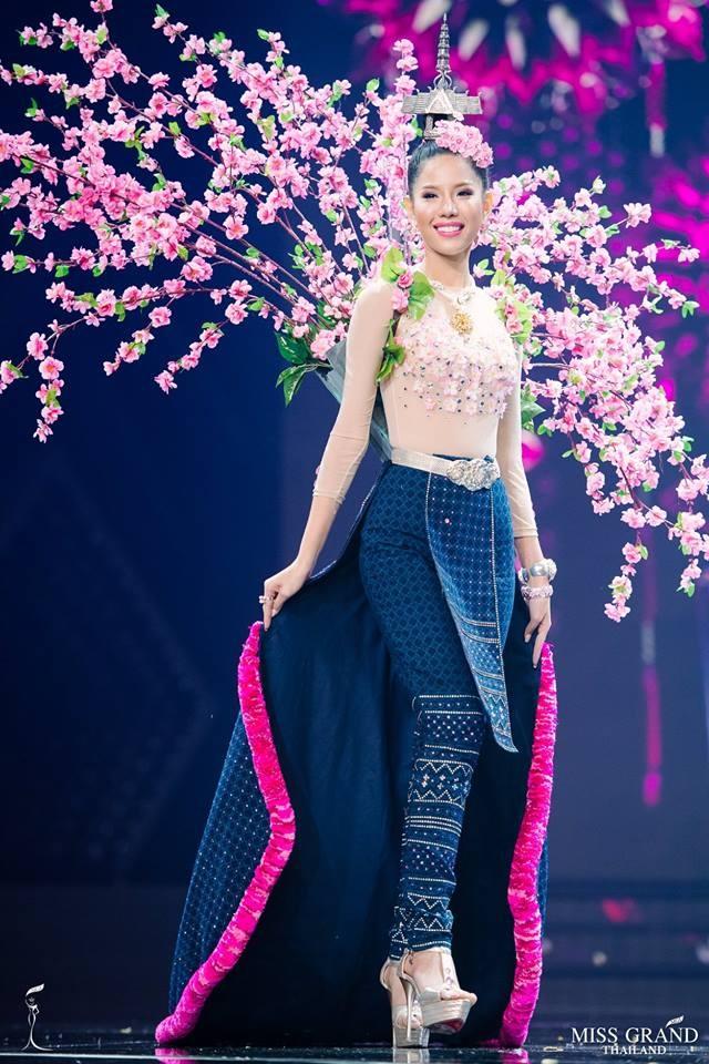 Thi sinh Hoa hau Hoa binh Thai Lan cuoi khung long len san khau hinh anh 9