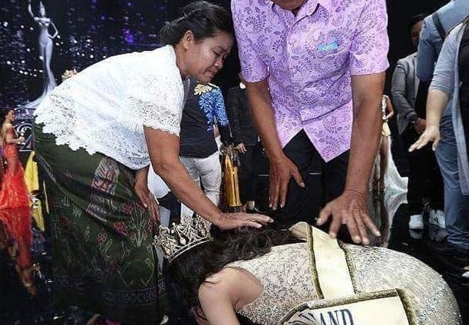 Hoa hau Hoa binh Thai Lan quy lay cam on cha me sau khi dang quang hinh anh
