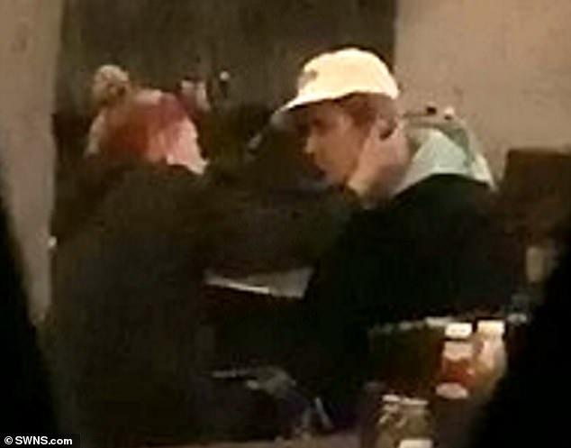Justin Bieber lai bi phat hien bat khoc trong quan bar hinh anh