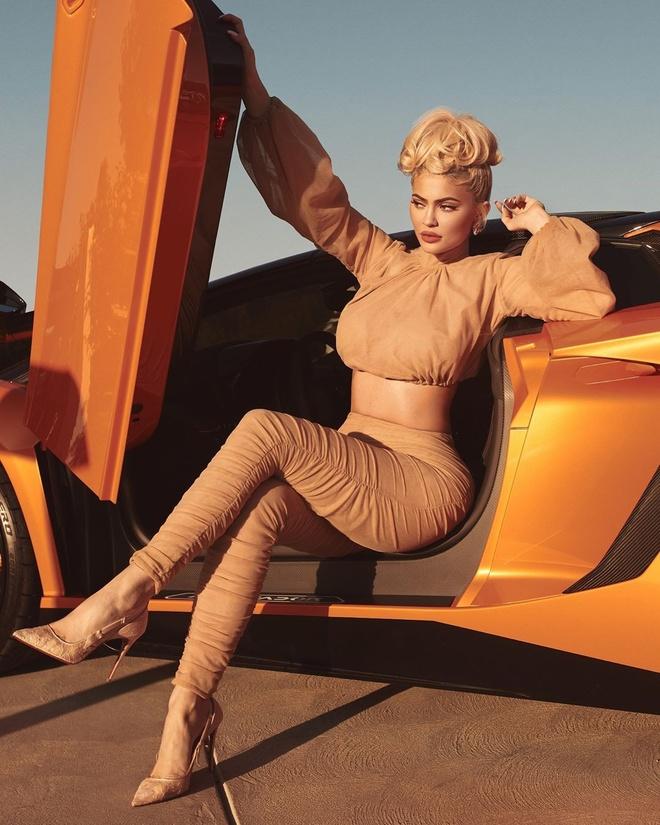 Kylie Jenner hanh phuc ben ban trai va con gai trong bo anh kin dao hinh anh 7