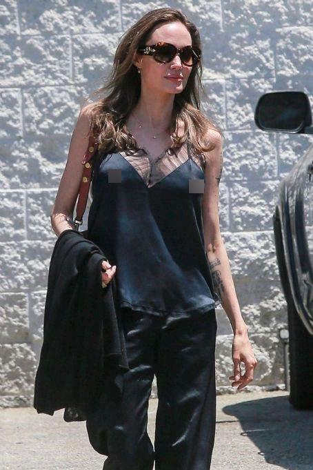Trước khi gầy gò ở hiện tại, Angelina Jolie từng quyến rũ thế này