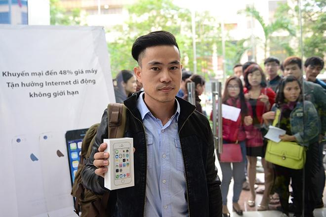 Nhung nguoi dau tien so huu iPhone 5S chinh hang tai VN hinh anh