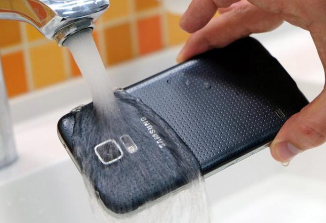 4 smartphone cao cap dong loat giam gia hinh anh 1 Galaxy S5 được giảm 4 triệu đồng, còn 11.990.000 đồng.