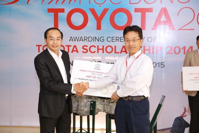 Toyota trao tang 16 dong co xe cho cac truong dai hoc hinh anh