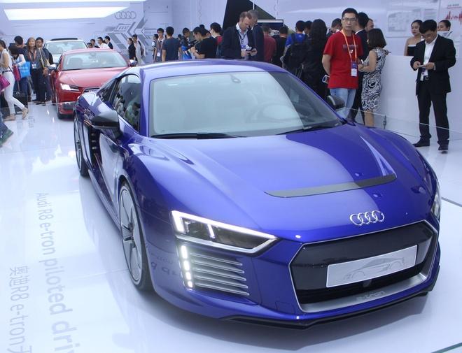 Audi gioi thieu R8 e-tron co kha nang tu lai hinh anh