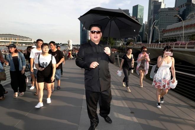 Kim Jong Un gia tan bo tai Singapore truoc them thuong dinh My - Trieu hinh anh 2