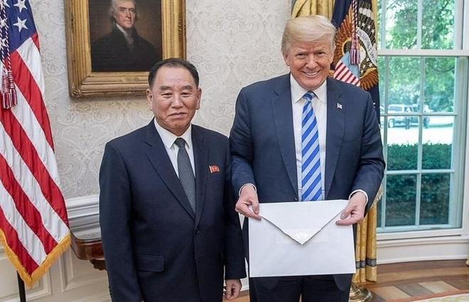 Vi sao buc thu Kim Jong Un gui Trump lai co kich co ngoai kho? hinh anh