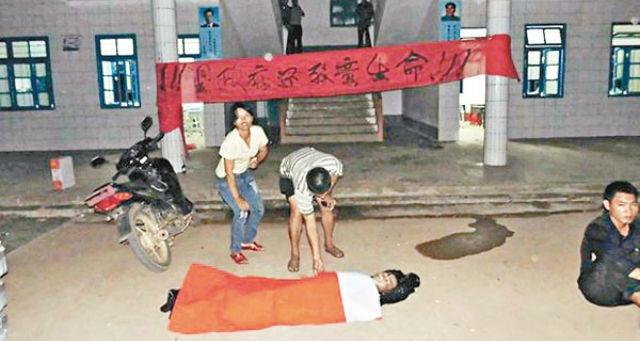 Giao vien danh chet hoc sinh vi noi chuyen trong gio hoc hinh anh 1 Người thân của Huang Pi-huang đặt xác em trước cổng trường để yêu cầu nhà trường giải thích.