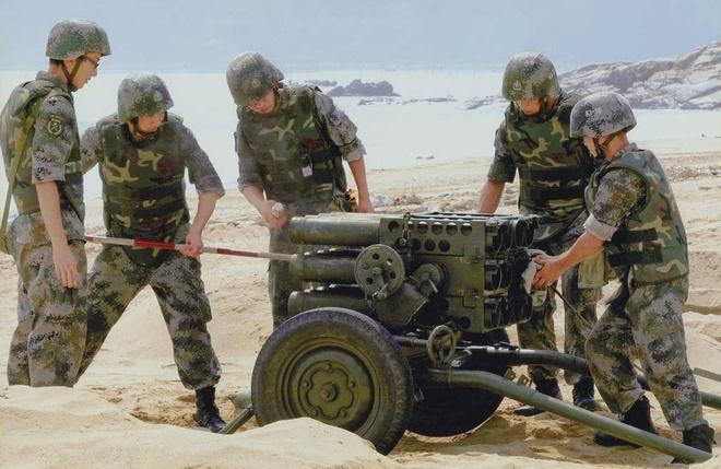 4 ly do Trung Quoc khong the thang Viet Nam bang chien tranh hinh anh 2 Binh sĩ Trung Quốc thao tác với giàn phóng rocket trong một cuộc tập trận. Ảnh: