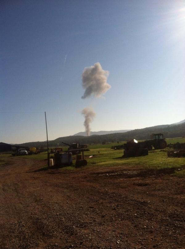 May bay chien dau F-15 roi tai My hinh anh 1 Khói bốc lên từ vị trí phi cơ F-15 rơi hôm 27/9. Ảnh: Twitter