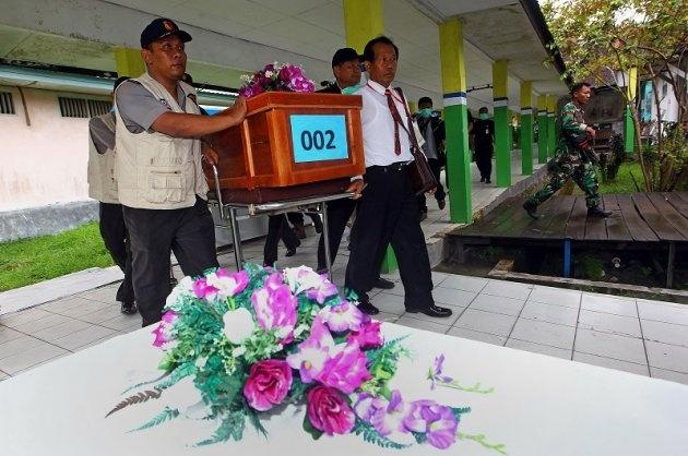 Hai thi the nan nhan QZ8501 ve dat lien hinh anh 37