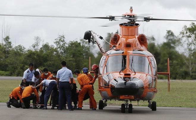 Hai thi the nan nhan QZ8501 ve dat lien hinh anh 22 Nhân viên cứu hộ Indonesia đưa thi thể nạn nhân trên chuyến bay QZ8501 lên trực thăng. Ảnh: Channel News Asia