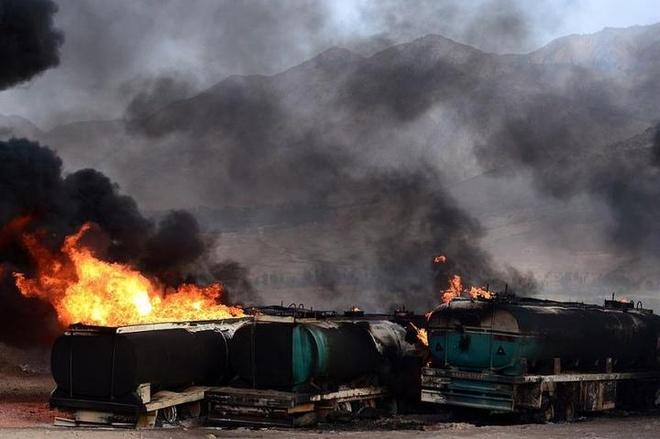 De che dau mo bi mat tai Syria va Tho Nhi Ky hinh anh 1 Các xe tải chở dầu của IS tại Syria cháy sau một cuộc không kích của Mỹ trong tháng 11. Ảnh: The New York Times