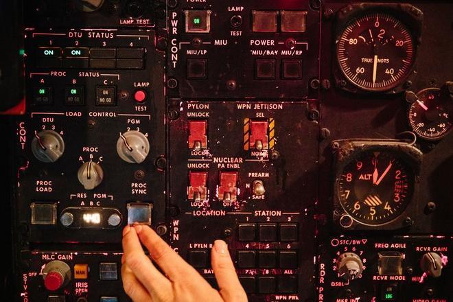 Sau 60 nam, B-52 van la 'phao dai' chua the thay the hinh anh 2 Hệ thống điều khiển trong buồng lái của B-52.