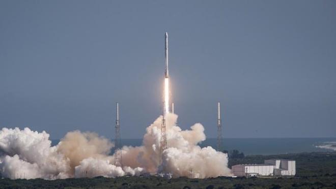 Ten lua SpaceX ha canh lich su xuong dia cau hinh anh