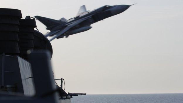 SU-24 cua Nga 'tan cong gia' ngay sat tau My nhieu lan hinh anh 1