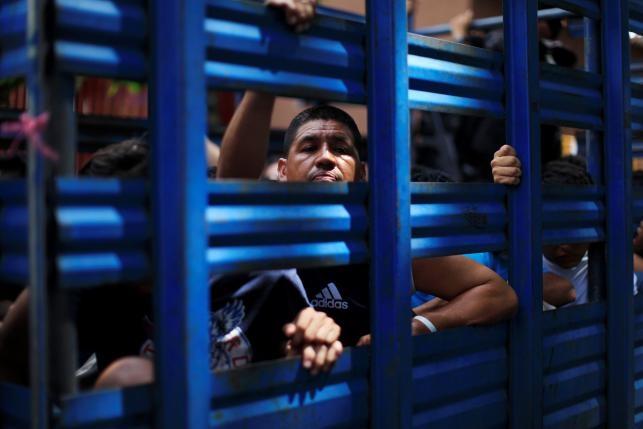 Canh xe tai cho 120 ten mafia o El Salvador hinh anh 1
