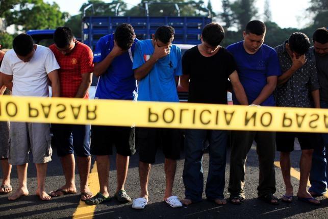 Canh xe tai cho 120 ten mafia o El Salvador hinh anh 10
