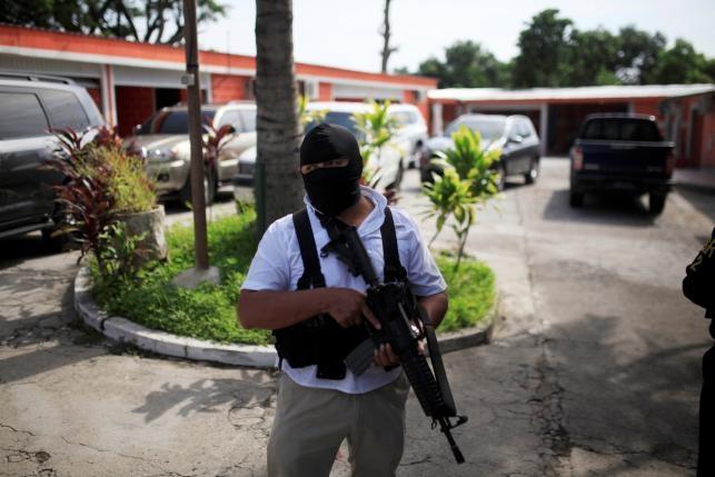 Canh xe tai cho 120 ten mafia o El Salvador hinh anh 5