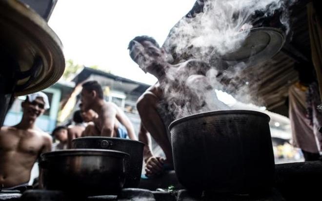 Cuoc song khon kho trong nha tu chat choi o Philippines hinh anh 11