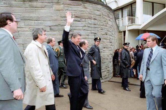 Khoanh khac Tong thong My Reagan vay tay truoc khi bi ban hinh anh