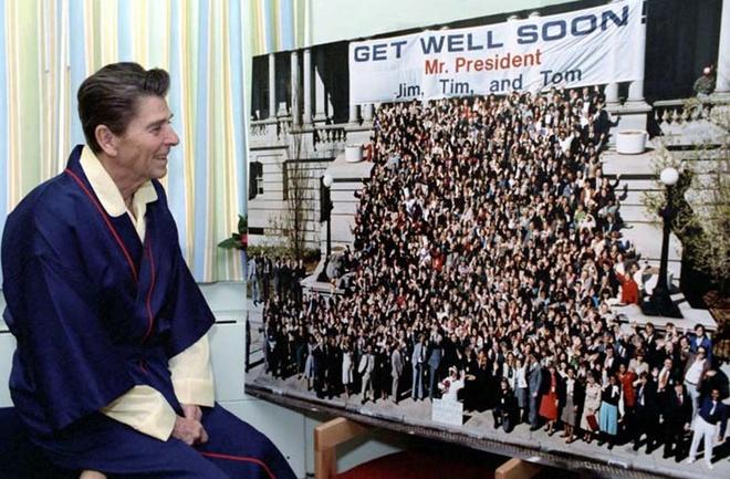 Khoanh khac Tong thong My Reagan vay tay truoc khi bi ban hinh anh 10