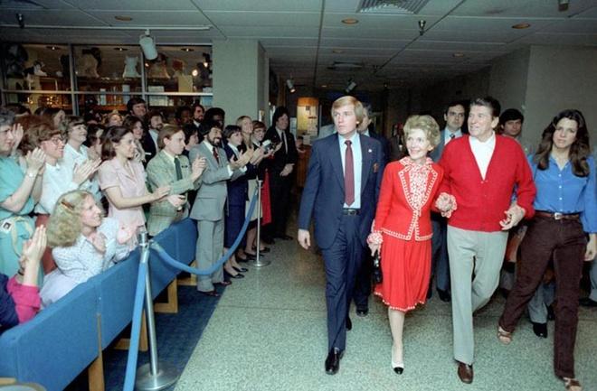 Khoanh khac Tong thong My Reagan vay tay truoc khi bi ban hinh anh 12