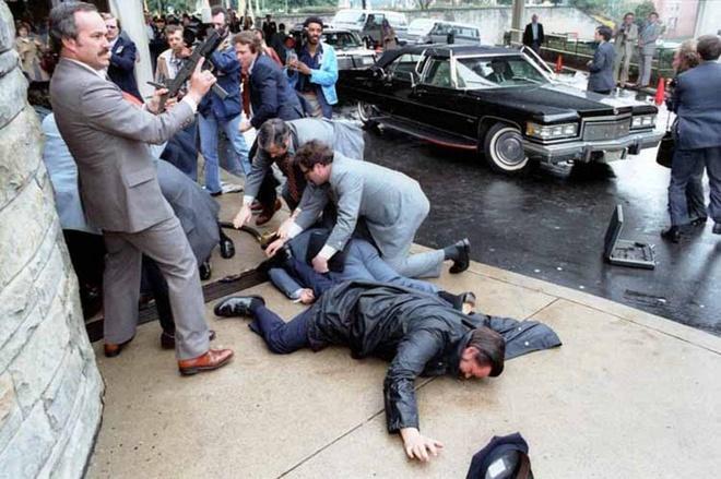 Khoanh khac Tong thong My Reagan vay tay truoc khi bi ban hinh anh 6