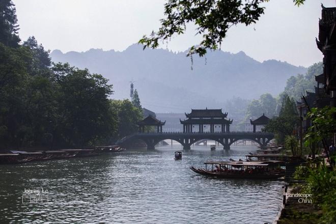 Buc tranh doi lap dem - ngay o Phuong Hoang co tran hinh anh 2