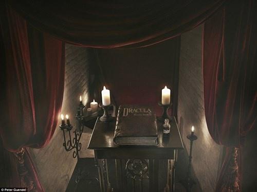 Lau dai Dracula mo cua cho khach vao ngu trong quan tai hinh anh 6