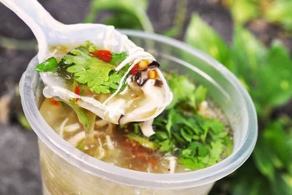 Quan sup cua ngon co tieng trong cho Tan Dinh hinh anh