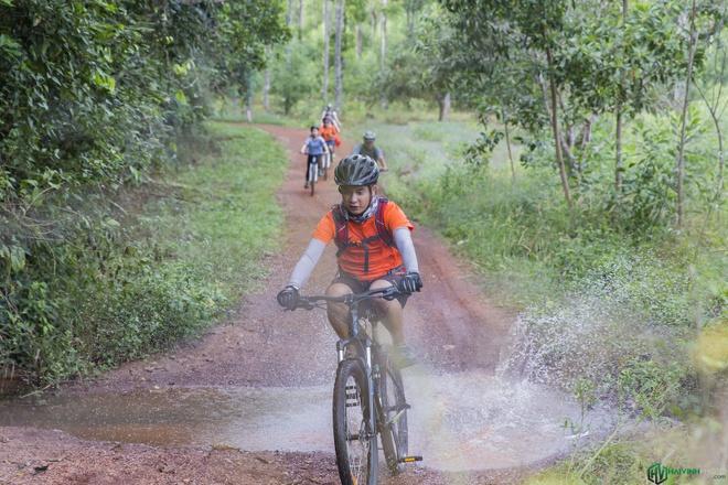 Jungle biking - thach thuc giua rung sau hinh anh