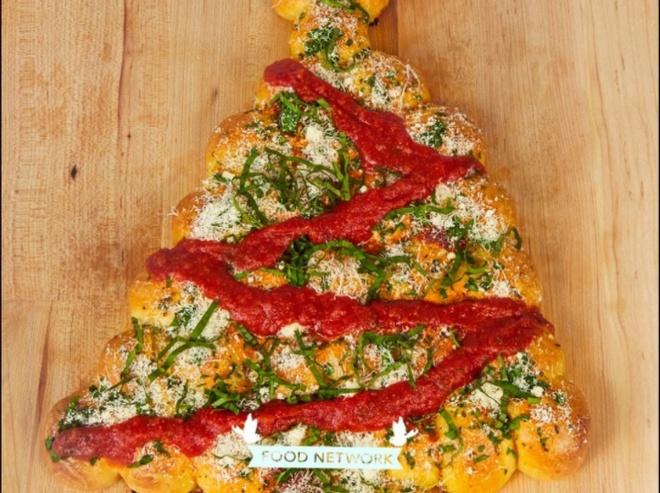 Lam banh pizza pho mai hinh cay thong Noel hinh anh