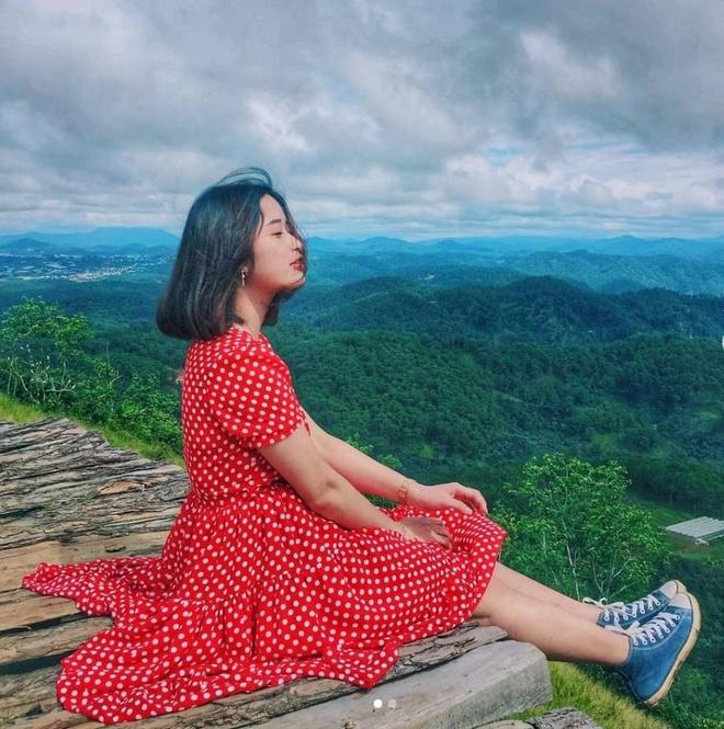 Cầu gỗ là nơi những người yêu sự lãng mạn của Đà Lạt không thể không mê mẩn. Nơi đây có bầu trời xanh biếc, đồi chè hoang sơ ngút ngàn và núi đồi trùng điệp được bao phủ bởi biển mây bồng bềnh. Ảnh: