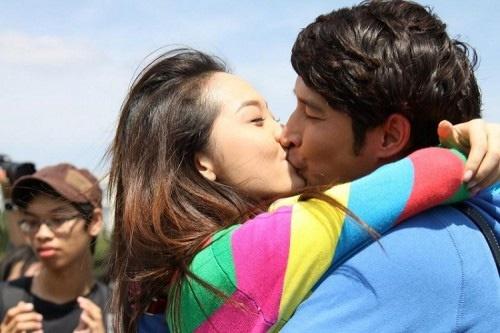 Huy Khánh và Minh Hằng có không ít nụ hôn ngọt ngào khi đóng cặp trong phim Lệ phí tình yêu.