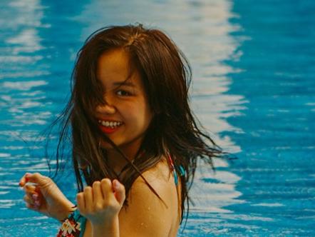Van Mai Huong khoe duong cong voi bikini o bien Nha Trang hinh anh