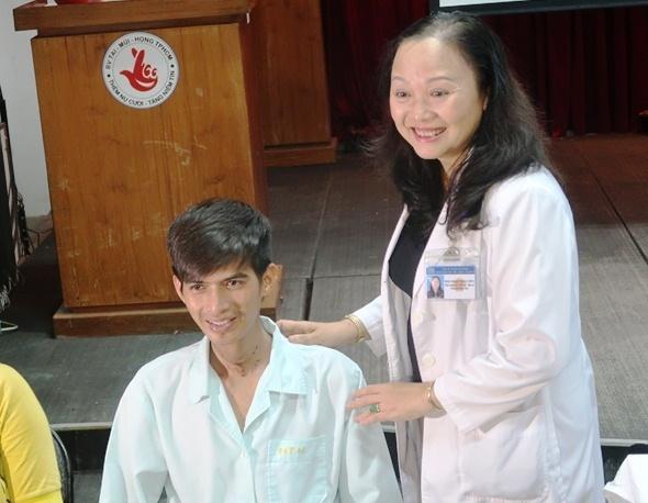 Chang trai Campuchia bi seo khi quan den Sai Gon tim lai giong noi hinh anh