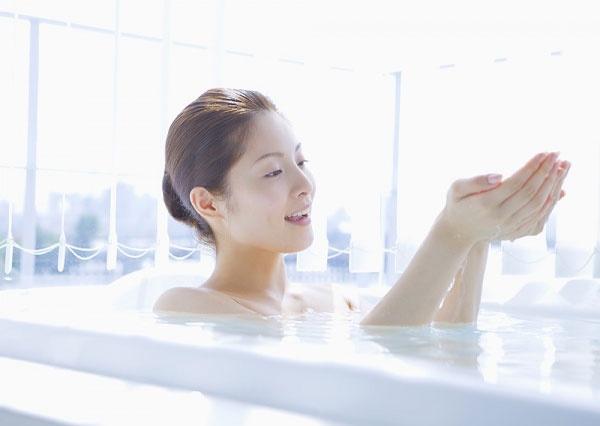 Tắm bằng sữa dê giúp phái đẹp có làn da trắng mịn và cảm giác thư thái như ở spa.